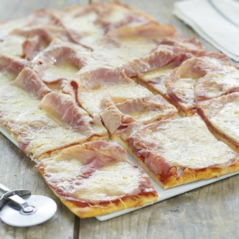 Pizza jambon fromage (COUPEE en 16)