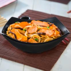 Wok poulet avec légumes sautés, sauce soja