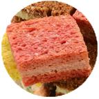 Pain spécial rose garni de mousse de canard, chutney d'oignon et figues