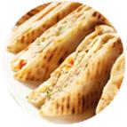 Sandwiches garnis de fromage de chèvre, d'une préparation de tomate marinée et de roquette